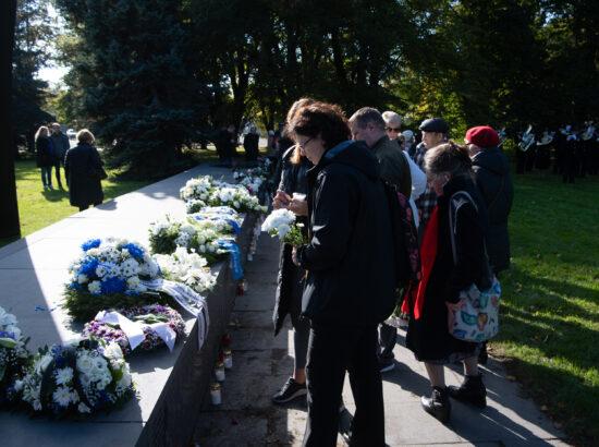Riigikogu esimees Jüri Ratas asetas Riigikogu nimel pärja parvlaev Estonia mälestusmärgile
