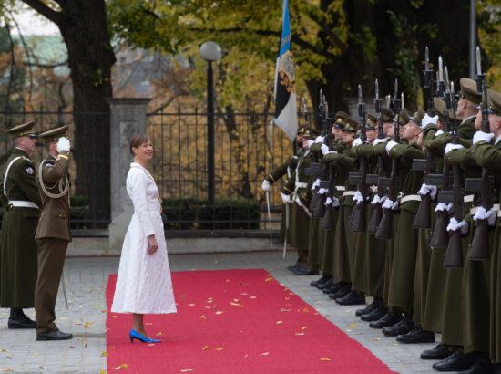President Kersti Kaljulaid tervitab aukompaniid Lossi platsil