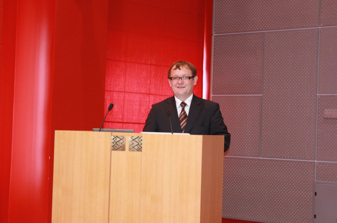 Vabariigi Valimiskomisjoni esimees Alo Heinsalu tervitab seminaril osalejaid